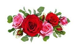I fiori della rosa di rosa e di rosso con l'eucalyptus lascia in un arr floreale immagini stock