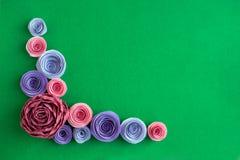 I fiori di carta fatti a mano hanno inclinato la struttura su un fondo verde beaut Immagine Stock Libera da Diritti