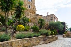 I fiori e la pianta ornano la via della città medievale Fotografia Stock