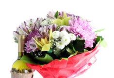 I fiori ed il vino del mazzo hanno isolato. Fotografie Stock Libere da Diritti
