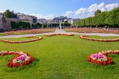 I fiori fioriscono al giardino del palazzo di Mirabell a Salisburgo, Austria Fotografia Stock