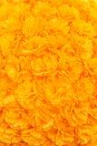 I fiori gialli artificiali hanno allineato con un fondo nel verticale Fotografie Stock