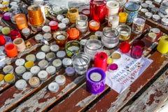 I fiori, i messaggi e le candele hanno andato, dopo la veglia e la preghiera per Parigi Immagini Stock