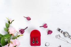 I fiori inscatolano con l'orologio del braccialetto dell'anello degli orecchini Fotografia Stock Libera da Diritti
