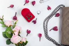 I fiori inscatolano con la borsa del braccialetto dell'anello degli orecchini Immagine Stock