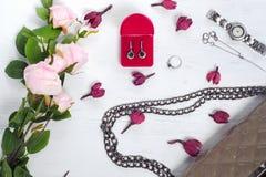 I fiori inscatolano con la borsa dell'orologio del braccialetto dell'anello degli orecchini Fotografie Stock Libere da Diritti