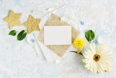 I fiori luminosi dell'estate deridono su con la carta e le stelle d'oro del mestiere Immagini Stock
