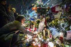 I fiori si avvicinano al teatro Le Bataclan a Parigi Immagini Stock Libere da Diritti