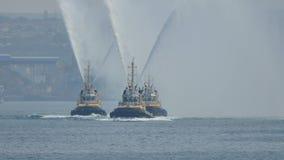 I Fireboats russi esibiscono il loro lavoro stock footage