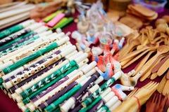 I fischi ceramici ed i tubi di legno hanno venduto sul mercato di Pasqua a Vilnius Fotografia Stock