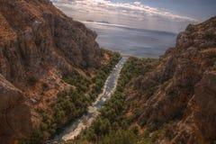 I fiumi scorre il mare immagine stock