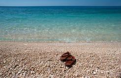 I Flip-flop di Brown a Oporto Katsiki tirano sull'isola di Leucade Fotografia Stock