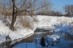 I flussi del fiume della molla si erano fusi attraverso la neve a marzo fotografia stock libera da diritti