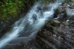 I flussi del fiume della montagna Immagine Stock