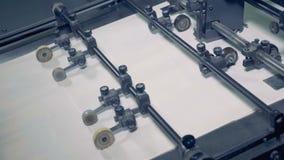 I fogli di carta vanno su un trasportatore, fine su La carta ricicla il processo stock footage