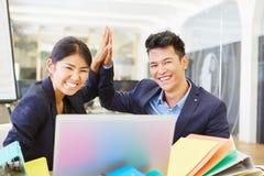 I fondatori start-up asiatici celebrano il successo Immagini Stock