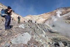I fotografi prende ad un'immagine il paesaggio vulcanico in vulcano di Mutnovsky del cratere Fotografia Stock Libera da Diritti