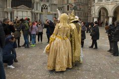 I fotografi prendono le immagini di una coppia nei costumi di carnevale a Venezia fotografie stock libere da diritti