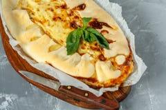I francesi casalinghi aprono il dolce con il porro ed il formaggio Fotografie Stock