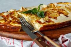 I francesi casalinghi aprono il dolce con il porro ed il formaggio fotografia stock libera da diritti