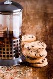 I francesi premono con tè caldo ed i biscotti cotti freschi Fotografie Stock Libere da Diritti