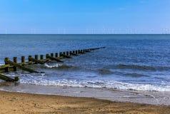 I frangiflutti allungano fuori e sommergendo nel mare fuori dalla spiaggia di Skegness, Regno Unito Fotografia Stock