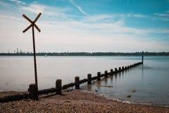 I frangiflutti allungano fuori nell'il mare a Weston Shore, Southampton fotografie stock libere da diritti