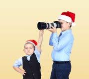 I fratelli in cappucci di Santa Claus stanno fotografando Fotografia Stock Libera da Diritti