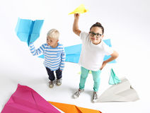 I fratelli germani, il fratello e la sorella riunisce gli origami fotografie stock libere da diritti
