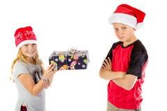 I fratelli germani scambiano un regalo di Natale immagine stock