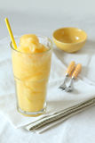 I frullati del frutto della passione e del mango beve su fondo bianco Fotografia Stock
