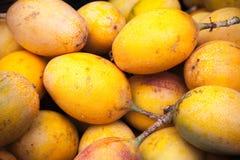 I frutti della passione gialli mettono sul contatore Fotografia Stock Libera da Diritti