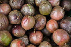 I frutti della passione mettono su contro del mercato dell'alimento della via Fotografie Stock