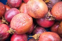 I frutti della passione rossi mettono sul contatore Immagine Stock