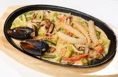 I frutti di mare con i funghi di shiitake hanno fritto leggermente in calamaro, nei funghi di shiitake, in frutti di mare, in zuc Fotografia Stock Libera da Diritti