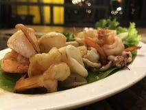I frutti di mare hanno fritto con la salsa di pesce in piatto bianco fotografia stock