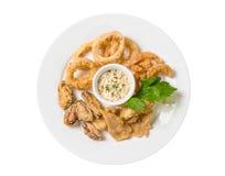 I frutti di mare misti friggono nel grasso bollente, calamaro, la cozza, il pesce, gamberetti Immagini Stock