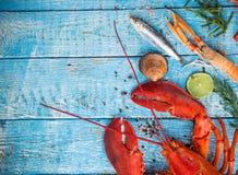 I frutti di mare saporiti freschi sono servito sulla vecchia tavola di legno Fotografia Stock