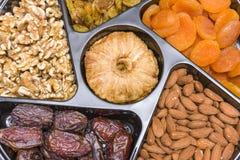 I frutti ed i dadi secchi si chiudono sull'insieme dei frutti e dei dadi secchi fotografia stock
