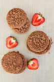I frutti ed il cuore della fragola hanno modellato i biscotti al fondo su fondo di legno con lo spazio della copia Vista da sopra fotografia stock libera da diritti