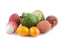 I frutti esotici freschi mettono su pianamente un fondo bianco immagini stock libere da diritti