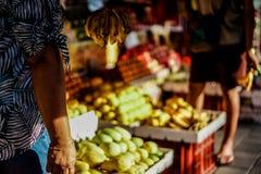 I frutti hanno venduto sul mercato di strada fotografia stock