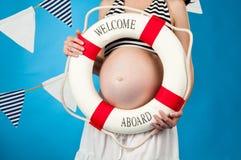 I förväntan av barnets födelse. Havandeskap Arkivfoton