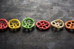 I fryums o lo spuntino croccanti indiani del papad nel papad colourful dei fryums di forma dello shapewheel della ruota, del quad fotografie stock