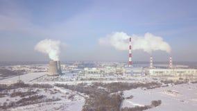 I fumaioli e la caldaia convoglia sul paesaggio aereo della centrale elettrica Fumo bianco del paesaggio di inverno dal tubo indu archivi video