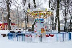 I fumetti del carosello di Snowy nell'inverno parcheggiano, Homiel', Bielorussia Immagini Stock