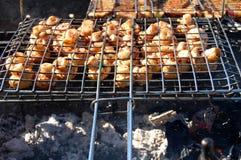 I funghi bianchi del fungo prataiolo hanno grigliato sulla griglia o sul vapore del BBQ Cottura dei funghi sulla griglia Immagini Stock Libere da Diritti