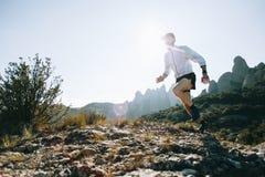 I funzionamenti atletici dell'uomo forte trascinano ultra maratona immagini stock