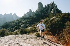 I funzionamenti atletici dell'uomo forte trascinano ultra maratona fotografia stock libera da diritti