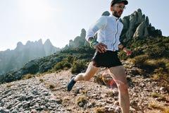 I funzionamenti atletici dell'uomo forte trascinano ultra maratona immagine stock libera da diritti